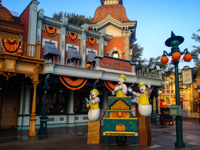 halloween ghosts in disneyland paris town hall